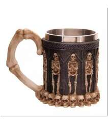 Skeletlərlə qeyri-adi qotika krujkası
